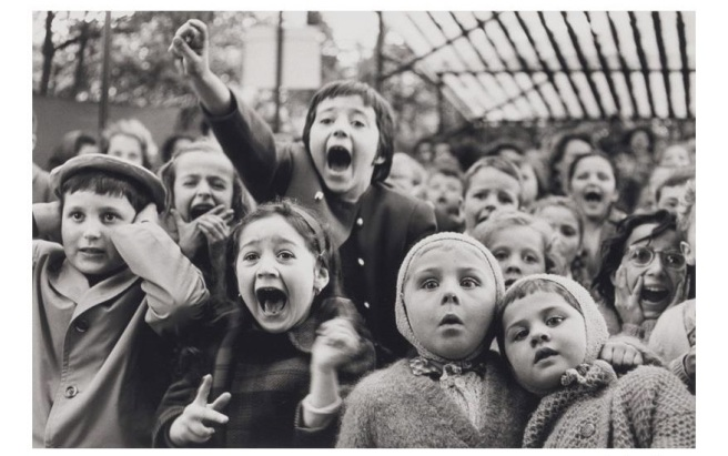 Enfants à un spectacle de Guignol au Parc Montsouris Paris 1963